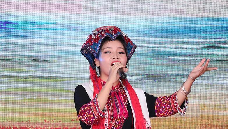 五指山苗族歌手倾情演唱 传递山城人民热情与幸福
