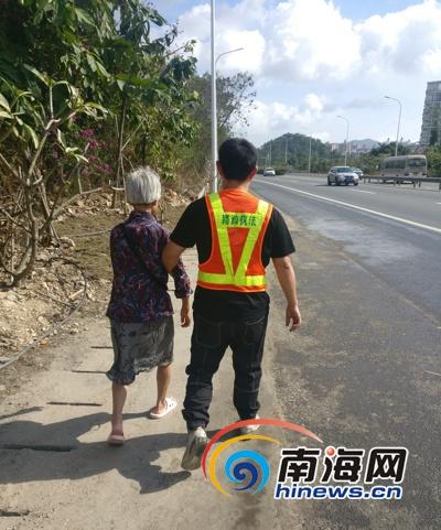 惊险!老人误上三亚高速公路公路巡查员及时相助