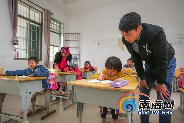 组图 万宁大华寮村:教学环境大变样苗村娃开心上课