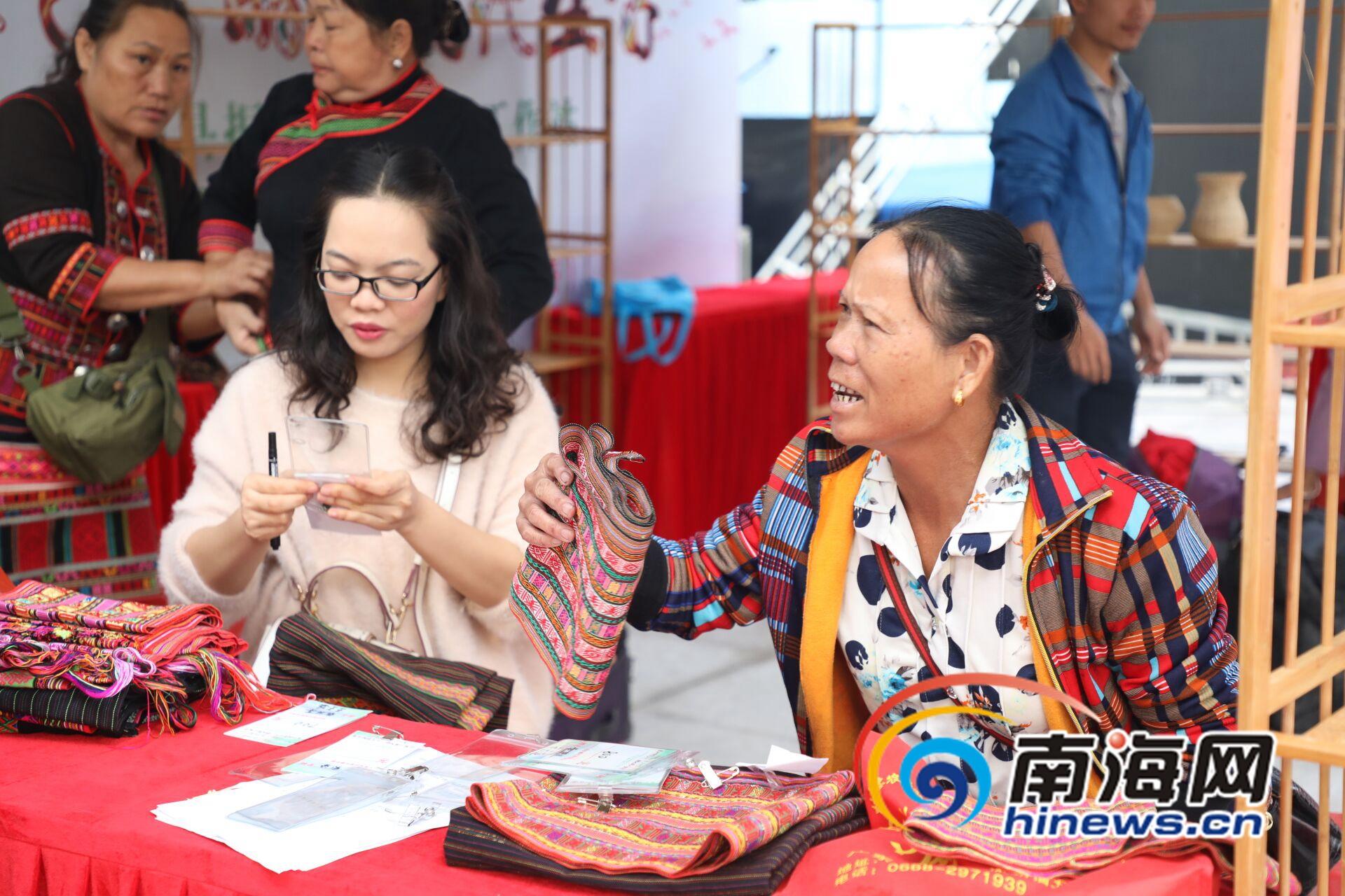 组图 美得不一般黎族传统纺染织绣亮相保亭爱心消费扶贫集市